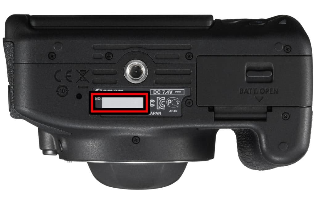 شماره سریال دوربین دیجیتال کنار درب باتری همراه با اطلاعات جزئی بصورت برچسب قرار گرفته است